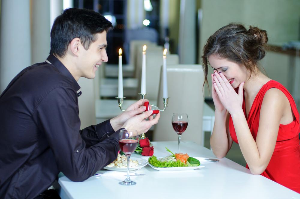 Как оригинально сделать предложение руки и сердца девушке?